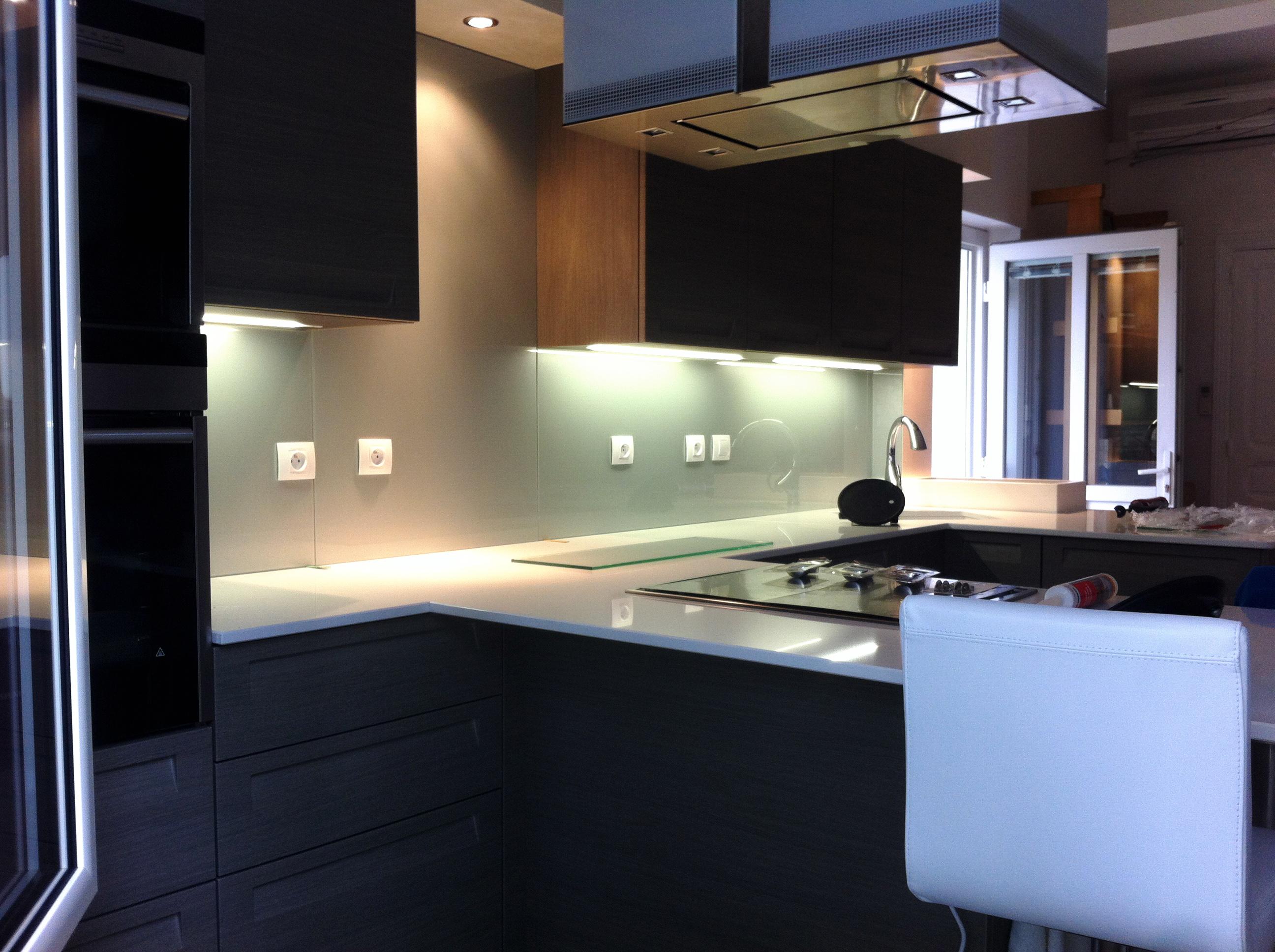 vitrerie miroiterie cr dence en verre noir brillant vitrerie miroiterie. Black Bedroom Furniture Sets. Home Design Ideas